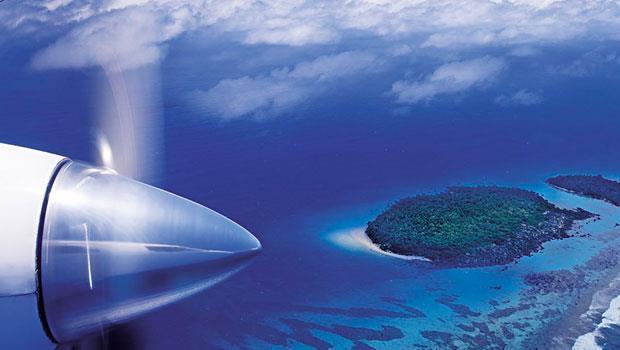 想要往返南太平洋上這些極度偏遠的小島之間,須仰賴渦輪螺旋槳飛機。圖為從飛機上鳥瞰的艾圖塔基島。