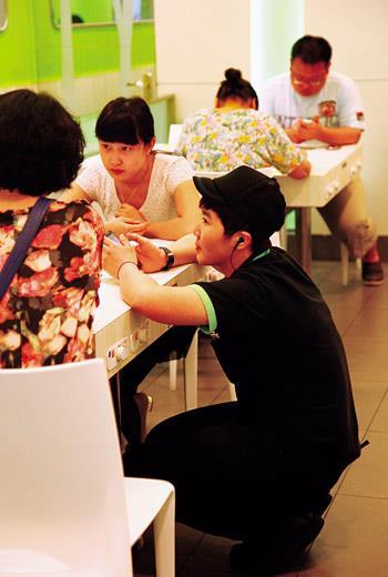 第90天 台灣囡仔,蹲下服務中國客蹲下去為客人點菜,連中國本地的員工都做不到;這在台灣早已不稀奇,但有時連被服務的中國客人都覺得彆扭。