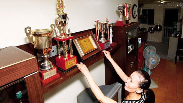 母親歐陽珠珍細數阿喆得獎紀錄,一塵不染的獎盃,也顯露出家人對他的無條件支持。