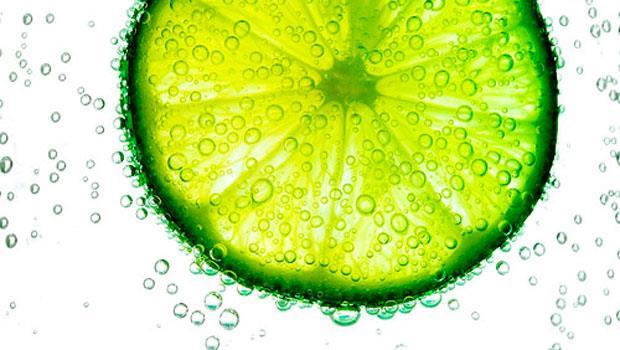 削綠皮、沖熱水》檸檬水這樣喝,護肝不傷胃!