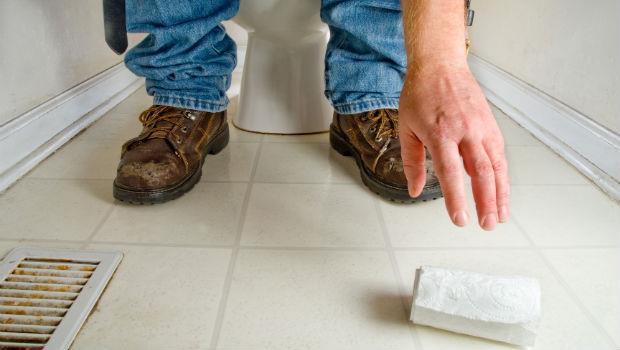 老公對我沒性趣,但他看到廁所擦過的衛生紙,竟忍不住拿起來...