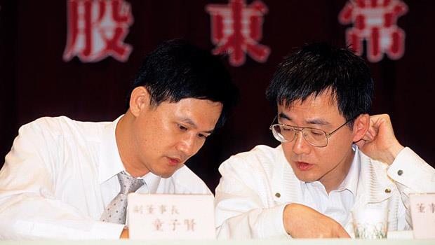 低調的謝偉琦(圖右)幾乎不接受媒體採訪,在2000年華碩股東會時難得與童子賢(圖左)一同公開露面。