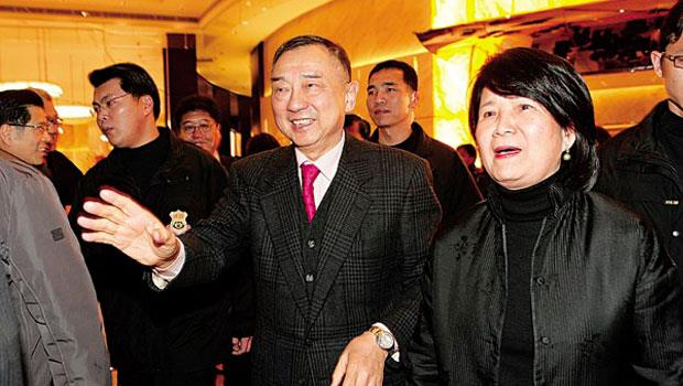 元大總裁馬志玲(右2)與妻子杜麗莊(右1),近年因官司纏身,退居公司第二線,低調到娶媳婦只席開2桌。