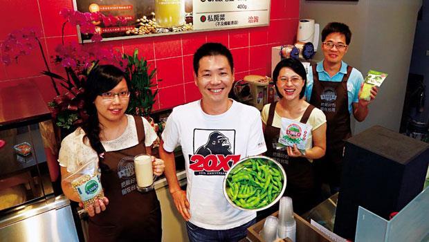 獨資2百萬裝修毛豆專門店,2代農夫侯兆百(左2) 要逆轉國人對毛豆的低價印象。