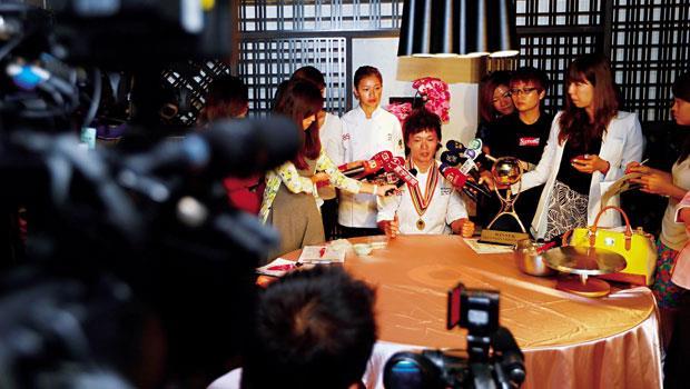 7月9日,陳立喆(中)出席返台的第一場記者會,面對龐大的電子媒體採訪陣仗,他說 「我拿到世界冠軍,第一個想到的是一路支持我、從沒放棄過我的家人。沒有你們,就沒有我!」