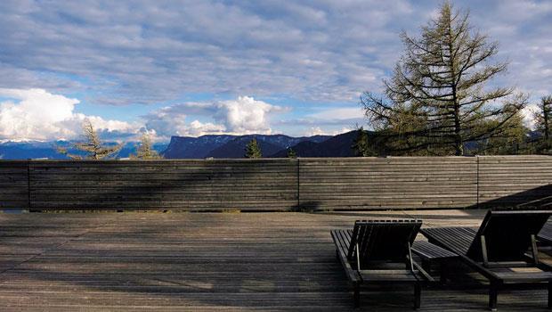 望著藍天白雲與起伏山巒發呆,就是旅店裡最好的娛樂。