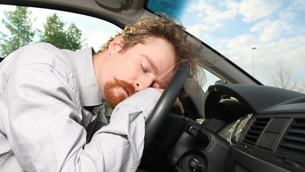 怕開車不小心睡著?繫上這款安全帶,打瞌睡就會自動搖醒你!