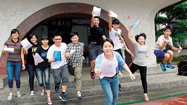 林季儒(前)每天至少批改30篇作文,3年從不間斷。會考作文成績公布,學生拿到滿級分直說:「好爽!」師生3年努力,此刻得到滿足。