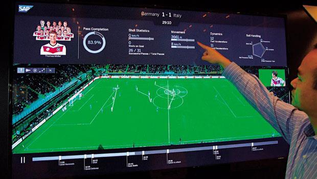 腳下之戰變數據大戰》協助德國隊奪冠的大數據軟體首次從巴西來到台灣亮相,分析專家正指著螢幕,統計球員跑動的總距離,以及透過下方球場畫面監看哪位球員跑錯位置。
