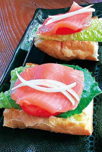 方圓美學生活 香草蔬菜燻鮭魚堡