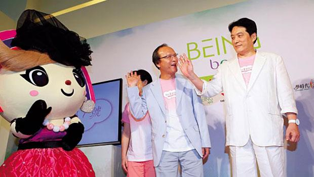 羅智先(右)帶領統一扭轉老化形象,自承早看過韓劇《來自星星的你》,輕鬆裝扮更是「平常就這樣穿。」