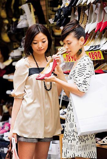 日本靚女,越來越務實!年輕單身女性買鞋開始斤斤計較,粉底、絲襪、裙子夠用就好,反而是把錢花在看牙醫、運動、上維修DIY課程。