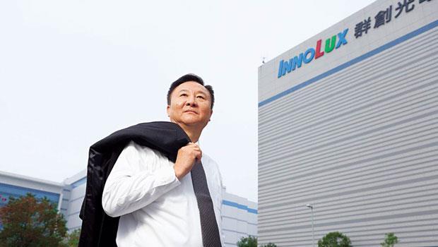 段行建率先把面板勞力最密集的製程搬回台灣,希望在2 年內達到無人工廠目標,擺脫高工資陰影。