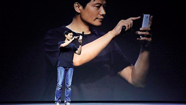 行事風格處處模仿蘋果傳奇執行長賈伯斯的雷軍,今年在發表會上化身為「鐵匠」,自嘲是拿不銹鋼菜刀做手機。