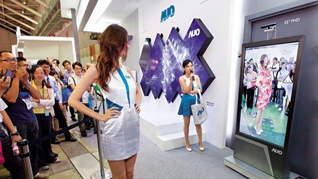 面板雙雄致力往高附加價值產品發展,友達總經理理彭双浪預估,陸廠高端技術至少落後台灣2年。但從客戶庫存看,整體產業第4季會遭遇新挑戰。