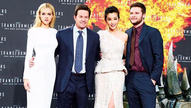 為吸引中國觀眾,《變4》加重中國演員李冰冰(右2)戲分,躍升主角之一。
