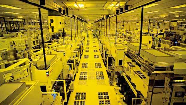 搶到蘋果訂單的台積電,今年產能利用率滿載,靠著A8晶片量產,大步超前勁敵韓國三星。