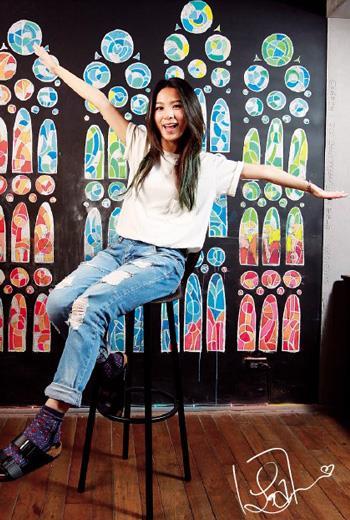 田馥甄和記者溝通時,一直以「簡單」為共通語言,採訪後拍照,問她要不要換高跟鞋,她一口回絕:「這樣就好。」這是她出道13 年,首次在雜誌上穿休閒鞋亮相。
