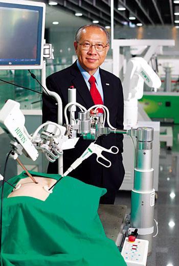 不只工廠應用,卓永財也把關鍵技術延伸到醫療機器人。有機器人協助,醫生可減輕負擔,延長執刀壽命。
