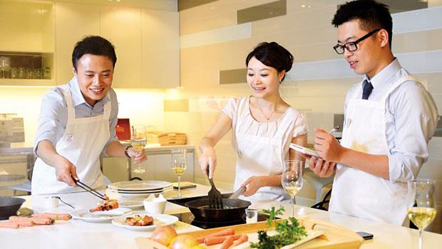 兩性消費行為模糊化,以往只有女性學員的料理教室,近年男性也結伴報名,有廠商推出獨居男專用鍋具,搶攻「煮夫」市場。