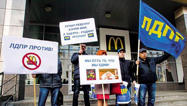 美、俄關係惡化,俄國透過禁麥當勞表達報復之意,圖為彼得羅扎沃茨克分店前的示威活動。