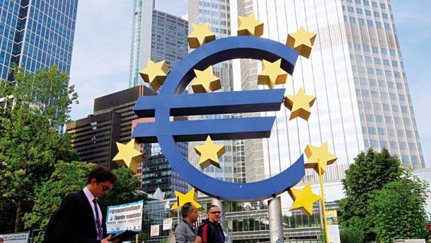 歐洲經歷1年復甦後,今年上半年因制裁俄羅斯、歐元區通縮,開始進入衰退期;長期負利率情況下,投資歐洲,房地產和出口類股較適合。