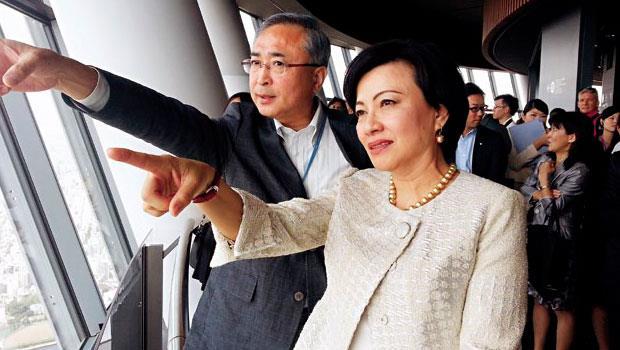 善用盟友力量的101-董事長宋文琪(右),這次也在華航贊助下飛往東京,並由晴空塔社長伊藤正明(左)陪同參訪晴空塔。