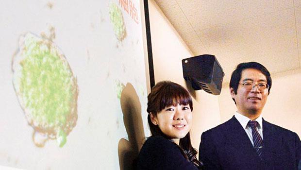 笹井芳樹(右)一向力挺得意門生小保方晴子(左),他本身也是細胞學領域的頂尖科學家,未料卻為研究爭議殉道。