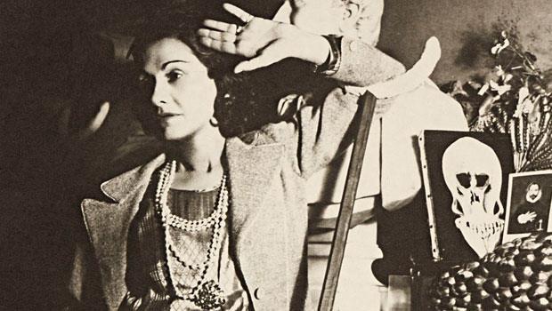 可可‧香奈兒是二○年代Cafe Society的一員,跨界與藝術家們開創不拘一格的新式美學。本圖攝於1939年,由攝影師Hoyningen-Huene所拍攝香奈兒女士照片。