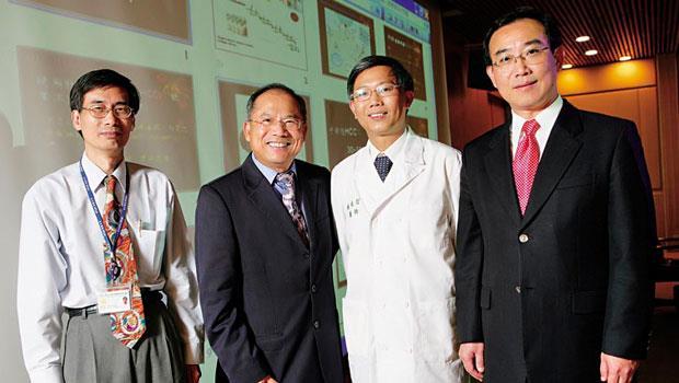 形象好、政商關係佳的基亞董事長張世忠(右1),是自家肝癌藥PI-88-的最佳推銷員。