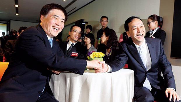 北市市長郝龍斌(左)的「先特後免」惹爭議,讓新北市長朱立倫(右)的「廢特招」明顯居上風,但今年年底選舉後,明年入學方案仍有很大變數。