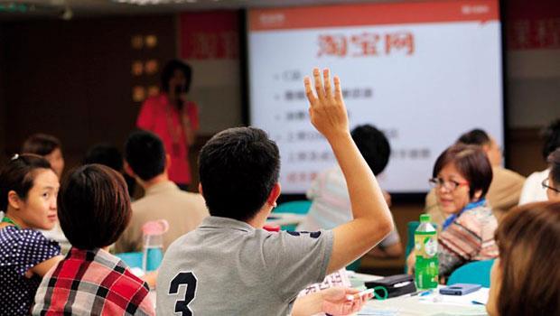 在淘寶講師賀淑娟的課堂上,企業代表頻頻發問,最關心物流和金流問題。