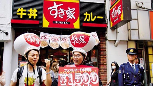SUKIYA時薪雖較同業高,但爆發過勞事件後,新聘店員僅6%報到,導致7成店面無法維持24小時營業。