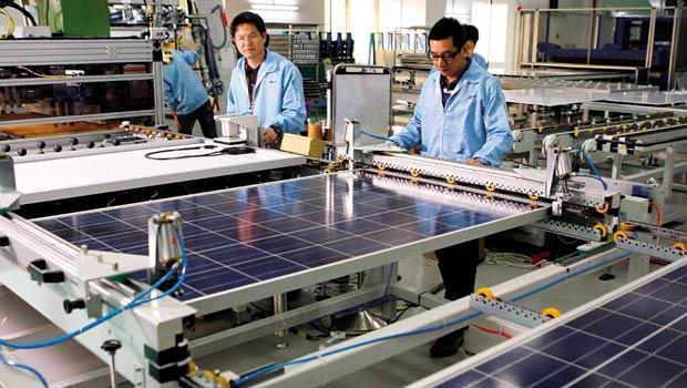 3年前,中國太陽能廠大擴產,導致台廠虧損、放無薪假。現在,台廠再因中、美國互槓,受累遭殃,接近滿載的產能,可能變成彈性生產。