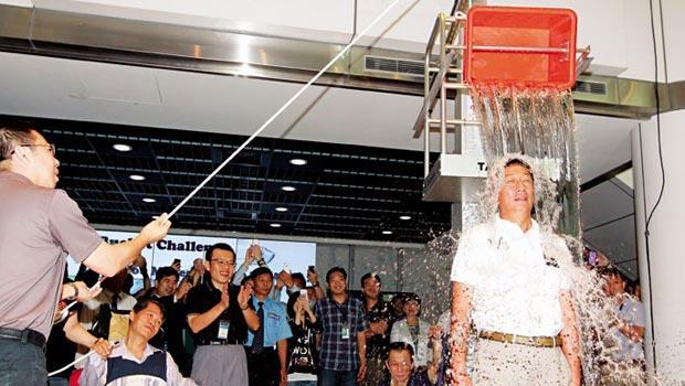 8月19日,鴻海總裁 郭台銘(右),接受小米科技創辦人雷軍點名,在頭上澆了一桶冰水。