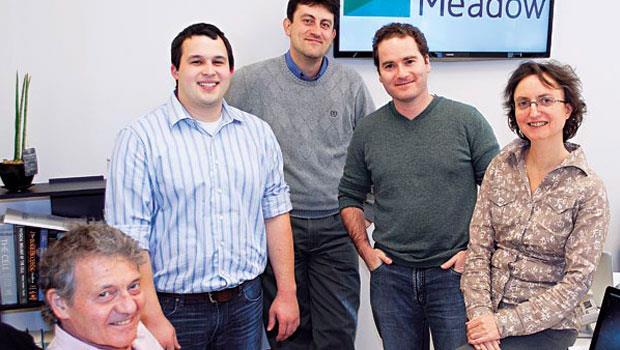 首創生物列印技術的加伯(左1)與兒子安卓思(右2)成立「現代牧場」公司,總部設在紐約,他們的目標,是在城市量產傳統農場才有的肉品。