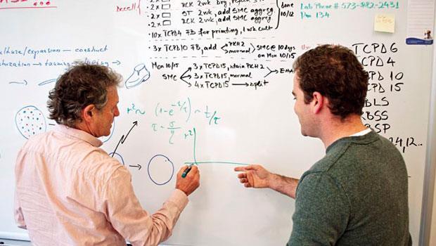 加伯(左)和安卓思(右)父子倆基於對生命科學的興趣,成為生意夥伴,爸爸負責無中生有,兒子負責讓點子賣錢,因為互補,瘋狂點子才禁得起現實考驗。