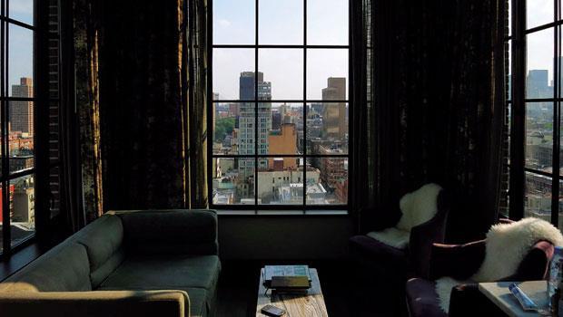 名為「Skybox」的房間有著如飄在城市空中的客廳,十分獨特且奢華,只可惜窗簾顏色過於厚重。