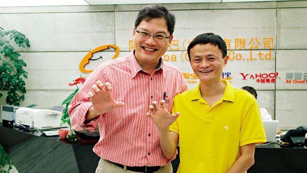有求必應的大老闆》盧希鵬(左)和馬雲(右)每年只在網商大會見面,馬雲不但願意花時間聊他的書;一起合照比出老虎姿勢,也都微笑配合。