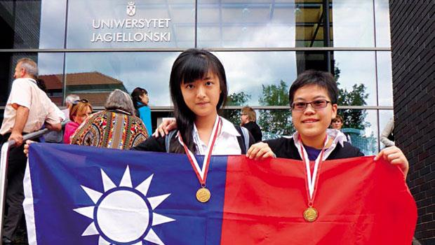 金孝容(左)和李宜庭(右)兩人皆曾有敗北經驗,但透過執行挑戰性目標,雙雙奪下國際地理奧賽金牌。
