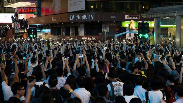 香港佔中抗議》看到Stop Charging!,可別以為是停止收費