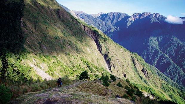 寬闊的塔塔加區,處處是毫無遮蔽的大山景致,圖為麟趾山步道的高山草坡。