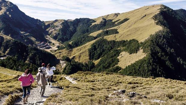 石門山步道沿著山頂稜線而行,藍天綠地,視野開闊。