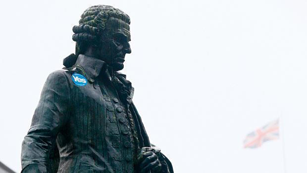 亞當‧斯密銅像被支持獨立的選民貼上了Yes貼紙,他於兩百多年前建議英國對殖民地放權,如今看來依然適用。