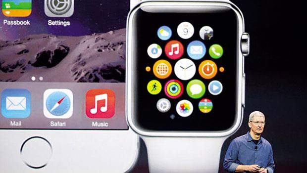 蘋果執行長庫克在發表會上介紹Apple Watch,這是他接班後第一個從無到有的新作,明年上市成績備受關注。