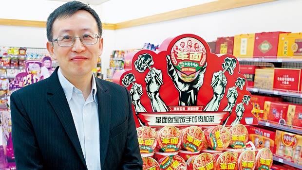 在中國創下獲利佳績的山東統一銀座超市總座張華忠,展示內部研發「PK-戰」後誕生的新商品革面。