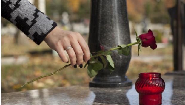 妻子一直到死,都沒戴過那條名牌絲巾,我才領悟...