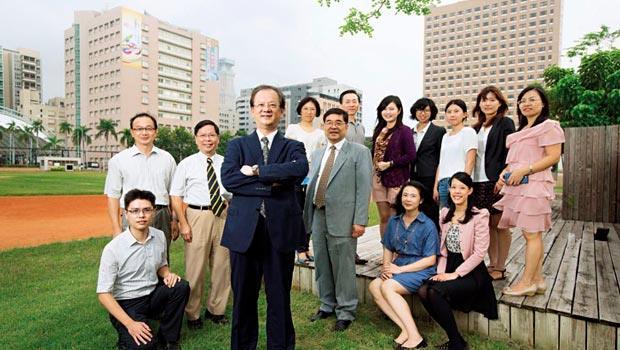 他們創台灣先例!高醫校長劉景寬(前)手下團隊多次赴馬國評估設點,今年7月,國際長鄭丞傑(左2)考察後,初步決定將在吉隆坡附近設分校及分院。