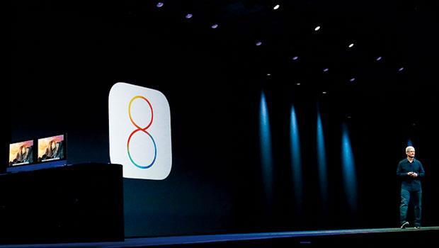 蘋果執行長庫克在今年6月的開發者大會上介紹iOS8全新功能,這個軟體,將是蘋果滲透你我生活的開始。