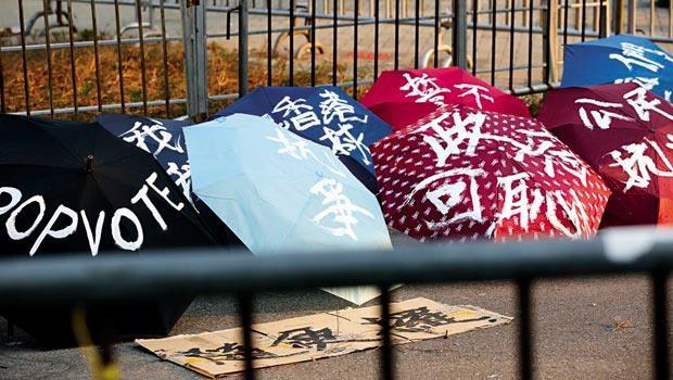 佔中運動,香港媒體稱為雨傘革命,對參與學運的群眾來說,一把看似平常的傘,也能成為對抗政府的武器。